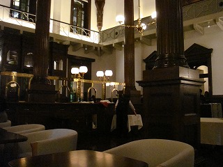 CAFE1894 旧銀行窓口内側から.jpg