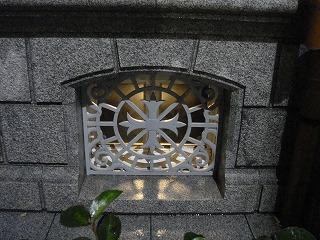 地下室窓飾り.jpg